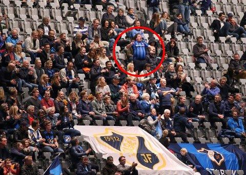 I BLÅTT: Erik Massimo (i rød ring) hadde på seg blå Stabæk-drakt for første gang i sitt liv. FOTO: KARL BRAANAAS