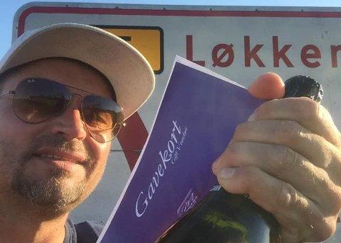 Henning Sirnes fikk boblende drikke og gavekort da han kom til Danmark. Foto: Privat