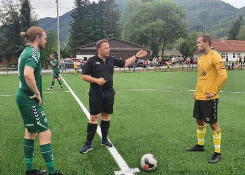 FØRSTE KAMP: Dommer Svein Axel Johannessen fra Hidra IL dømte i kveld den første kampen på nye Eik Stadion. Kapteinene Navre Bø fra Varhaug og Marius Bringedal fra Hovsherad (til høyre).