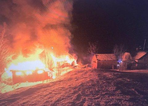 Både fjøset og låven gikk opp i flammer i Sørfold i natt.