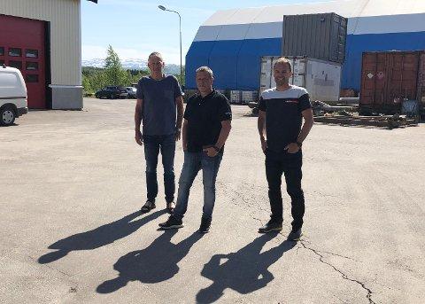 Stor suksess: Ørjan Grotnes Valla (49) har her med seg far og sønn Bjørnstad på hver sin side. Henholdsvis Størker Bjørnstad på sin høyre side, og Ketil Bjørnstad til venstre for seg. De har lagt bak seg et fantastisk år.