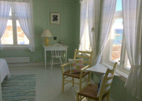 Edvardas Hus holder til i en trebygning fra 1924, som opprinnelig huset Hammerø Sparebank. Hotellet har 5 gjesterom og 5 bord i spisesalen.