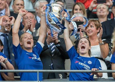 Katie Chapman og Maren Mjelde jubler for FA-cuptittelen. Nå er Chelsea også ligamestere.