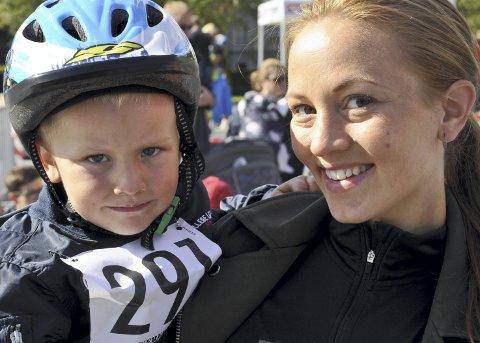 STOLT: Godt å slappe av hos mamma! Tre år gamle Varg Berge Kilvik fikk medalje med påfølgende klem fra mamma Julie Berge.FOTO: DAG BJØRNDAL