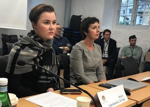 Skolebyråd Linn Kristin Engø (Ap) måtte forklare til komiteen om hvorfor flere alvorlige feil har skjedd i skole-appen Vigilo. Til høyre: Kommunaldirektør Trine Samuelsberg.