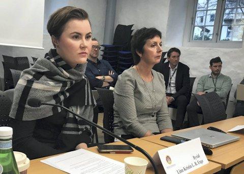 Skolebyråd Linn Kristin Langley-Rasmussen Engø (Ap) og kommunaldirektør Trine Samuelsberg under møtet i komiteen i oktober. Arkivfoto: Linda Hilland