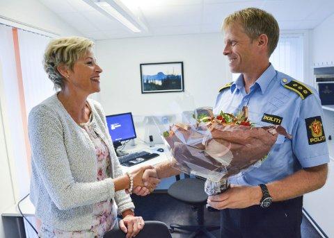 Ett år siden: I valgkampen i fjor var Tine Norman på besøk hos fungerende lensmann Kjell Magne Tvenge og talte varmt for at kontoret i Sigdal skulle beholdes. Nå er det foreslått nedlagt.