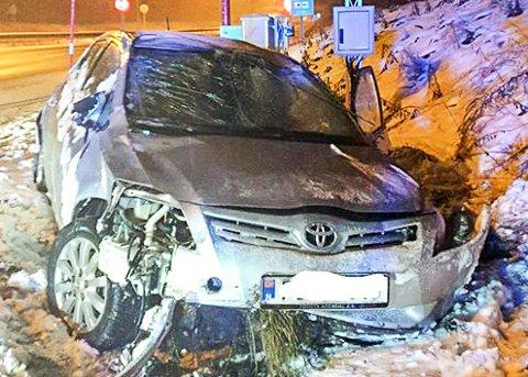 ENGLEVAKT: – Hadde vi truffet stolpene vi ser rett bak bilen, hadde vi nok ikke vært i live i dag, sier Lene Syvertsen.