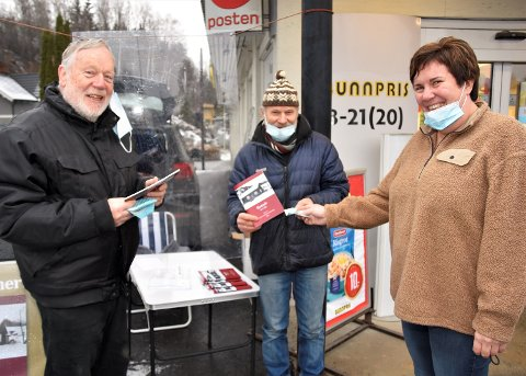 FORNØYD KUNDE: Bodil Hvamstad roser kvaliteten på «Skotselv før i tia». Her handler hun med redaksjonsmedlemmene Per Erik Knive (til v.) og Åmund Tonna.