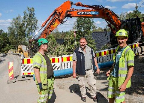 GOD STEMNING. Entreprenørselskapet Kaare Mortensen Buskerud AS er godt i gang med gravearbeidene. Her er verneombud Micael Torgersen (t.v.) og maskinfører Tobias Østenengen i hyggelig passiar med Glitrevannverkets Dag-Runar Hansen (i midten).