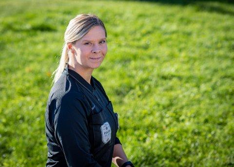 DOMMER: Tomke Poppen flyttet fra Tyskland til Norge og lærte seg norsk på et år. Nå er hun assistentdommer i Toppserien for kvinner.