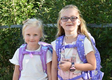 Hermine Solberg Nesheim (5) (t.v.) og Kristine Korsbrekke (6) kom sammen til første skoledag på Ytre Enebakk skole.