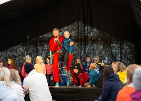HUMOR: Tryllekunstnar Kevin Lunde gjorde stor lykke med sitt humoristiske trylleshow.