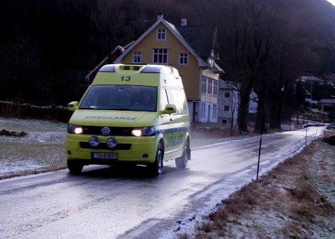 Ambulanse frå Helse Førde på utrykking i Ytre Bremanger. Her fotografert på Ryland.