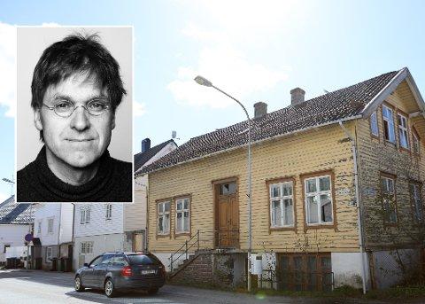 KVALITET: Arkitekt, forfattar og amanuensis på Arkitekthøgskulen er svært så begeistra for Markegata 30, huset nederst i Hansebakken i Florø. Men ikkje der det står i dag.