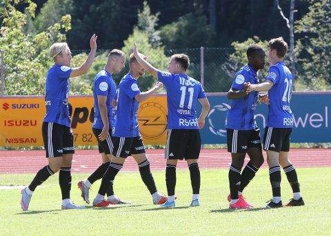 GENERALPRØVE: Den siste treningskampen før seriestart gjekk mot Sotra på Florø Stadion. Florø leia 3-0, men måtte tole to reduseringar på tampen.