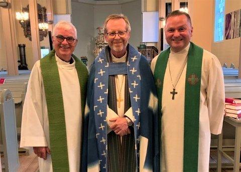 HØGTIDLEG: Reidar Knapstad t.v. vart takka av som prost i Sunnfjord og Knut Magne Nesse vart innsett. Dette skjedde  i Førde kyrkje førre helg med biskop Halvor Nordhaug (midten) til stades.