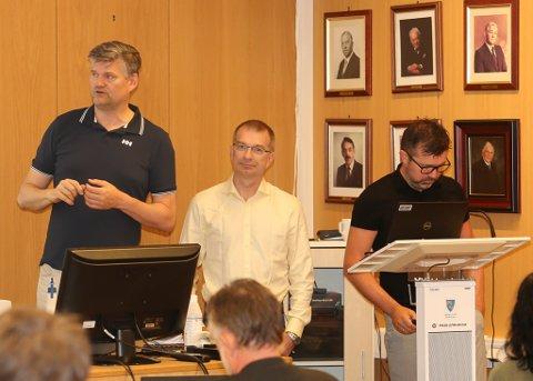 HELSE FØRDE: F.v. Tom Guldhav, Robert Brennersted og Stian Sægrov presenterte konklusjonane som skal leie fram til nytt ambulansetilbod på bakkenivå i ytre Bremanger.