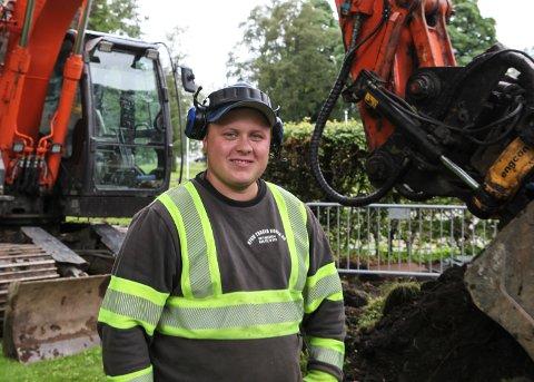 OPPGRADERER: Maskinførar Sivert Kapstad (20) har rigga seg til med gravemaskina og er godt i gang med arbeidet i kyrkjeparken.