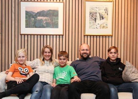 GOD PLASS: Familien på fem har fått ei romsleg hus med meir enn nok plass til at alle kan halde på med sitt, samstundes som dei har plass til å vere saman - også med gjestar. F.v. Torstein (10), Anne Marie, Sigurd (12), Lars Erik og Einar (15).