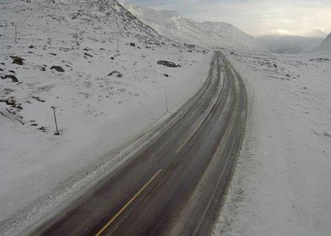 HEMSEDALSFJELLET: Slik såg det ut på rv. 52 over Hemsedalsfjellet klokka 13.00 måndag.