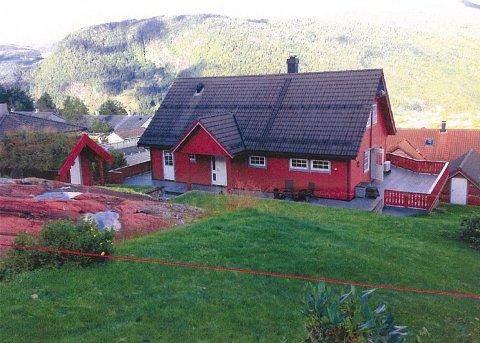 KORT AVSTAND: Den raude streken markerer grensa for leikeplassen i Gravdalsholten. Det blir fritt innsyn ned til uteplassen til grunneigarane Skeie og Gudvangen i Haresporet 19.