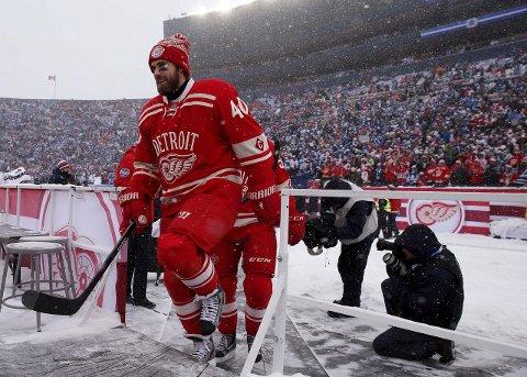 Stort: Winter Classic er stort i NHL. Her er Detroits Henrik Zetterberg  på vei ut på isen for Detroit mot Toronto i 2014-utgaven.