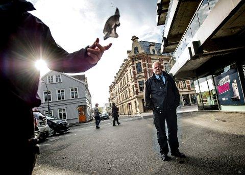 Politistasjonssjefen er helt enig med Fredrikstad kommune og parkeringsjef Frode Samuelsen i at kommunen skal kunne skrive ut gebyr til dem som forsøpler i sentrum.