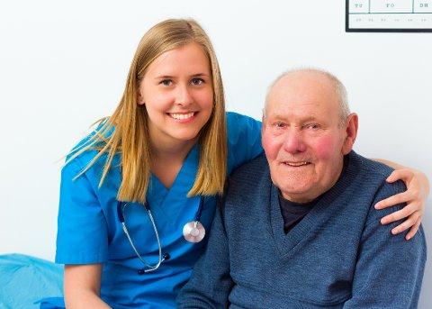 – Det er best for både pleier og pasient at de kjenner hverandre. Sykepleier Karine Engen er kritisk til stadig skifte av pleiere på sykehjem etter at mange ansatte er samlet i egen ressursenhet.  Illustrasjonsfoto.