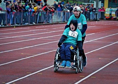 VEL GJENNOMFØRT: Adrian Nordby Johnsen (i rullestol)  og Jonas Blom Olrud (13) fra Råkollen Skole viste begge en herlig innsats. ALLE FOTOS: Geir A. Carlsson