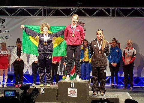 SMILTE BREDT: Annemari Løberg Larsen kunne smile bredt etter gullet i Calgary. Foto: Jørgen Hansen, Norges Styrkeløftforbund.