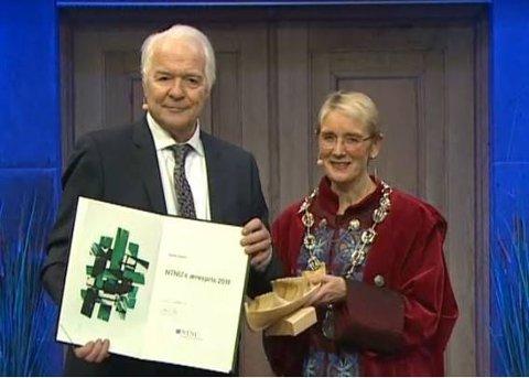 HEDERSPRISEN: Steinar Sælid med hedersprisen han ble tildelt torsdag. Her sammen med konstituert rektor Anne Borg ved NTNU.