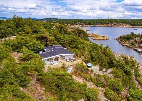 Hytta som ligger på Store Granholmen er i midten av februar den dyreste fritidseiendommen som ligger ute for salg i Østfold. Hytta har en prisantydning på 8,8 millioner kroner halvannet år etter at den ble lagt ut for salg første gang.
