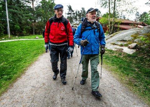 MODERAT TEMPO: Erik Leister (75) fikk ideene til sakteturene etter at han ødela kneet sitt i et uhell. Med på den første turen var blant annet Finn Göransson (92) og et trettitall andre turgåere.