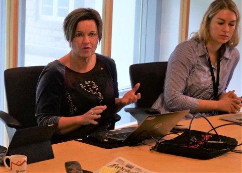 VEDTOK BOT: Her redegjør Nina Tangnæs Grønvold i formannskapsmøtet hvor politikerne innstilte på å godta en bot på 500.000 kroner for behandlingen varslerne fikk. Litt senere i samme møte fortalte hun at varslergranskningen ikke ville få følger for noen ansatte i kommunen. Til høyre Aps Malin Krå Simonsen.