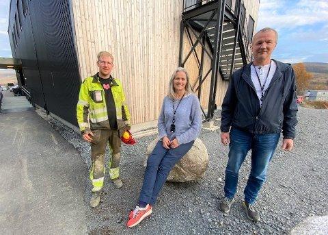 MILLIONKONTRAKT: Harald Nilsen AS fra Alta fikk millionkontrakt på Evenes. På bildet, Vidar Isaksen (til venstre), anleggsleder i Harald Nilsen AS, sammen med prosjektleder i Forsvarsbygg Ann Kristin Føre og byggelder i Forsvarsbygg Ernst Ove Liljebakk.