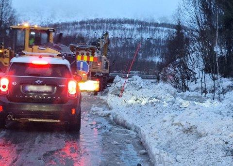 I Bjerkviklia jobber to eller tre lag med hjullastere og gravemaskiner for å holde grøftene åpne.