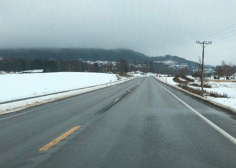 TRYGGEST Å SJEKKE: Selv om veien ser bar ut, kan det likevel ligge is på den. Tirsdag bør bilistene være ekstra på vakt.