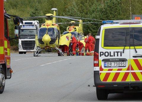 OMKOM: Nødetatene kom raskt til ulykkesstedet på Jessheim, men livet til en kvinne i 50-årene sto ikke til å redde.