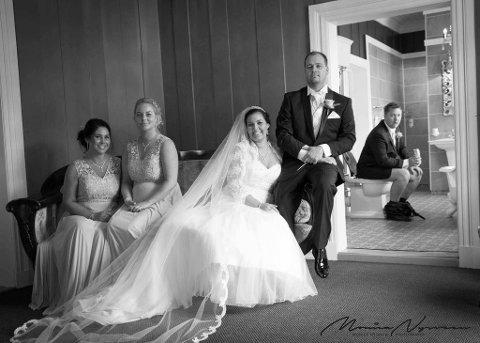 UUPPS: Brudens forlovere Mariell Silliløkken (f.v.) ogLinn-Helén Haug og brudeparet Silje Meldal og Kai-Olav Skansgård foran. I bakgrunnen, brudgommens forlover Einar Hamilton.
