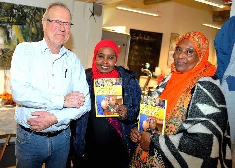Amund Sperrud fra Mesna Rotaryklubb leder komiteen som arbeider med bok om integrering i Lillehammer. Her er han sammen med  Fadumo Omar Abdullahe og Ibado Hassan Yusuf under siste boklansering.