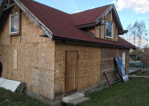 I mai 2019 inviterte naboene flere Ap-politikere på befaring i området. De tok blant annet dette bildet. Huset på tomta skal nå rives.