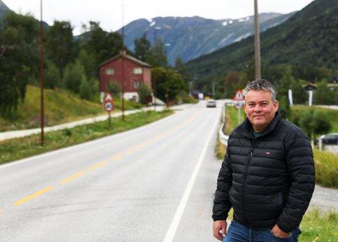 Bjarne Eiolf Holø peker på hvorfor det er så få elbiler i norddalen. Selv kjører han elbil, men ser begrensninger.