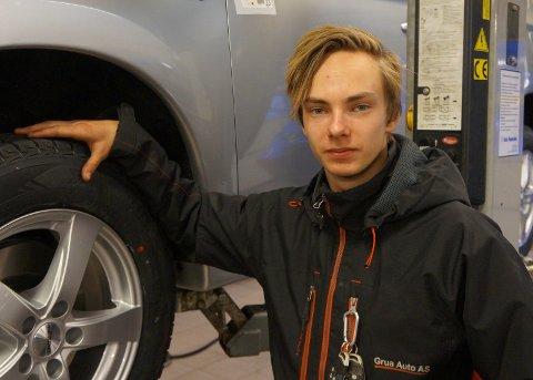 ENDELIG PRAKSIS: Etter to års skolegang med myk overgang med ukentlig utplassering andre året, har Bror Arne Gjerde endelig begynt på sin to-årige læretid på veg mot fagbrevet som bilmekaniker. Dette har han gledet seg lenge til, forteller han.