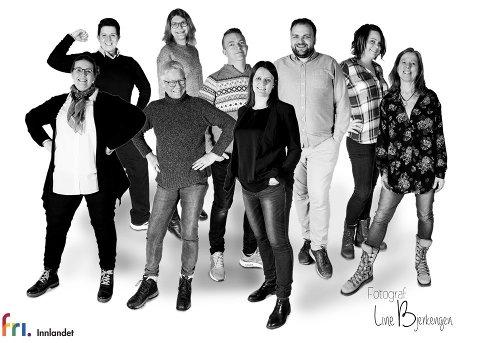 FRI INNLANDET: Styreleder Åse Marie Kristiansen (bakerst fra venstre), Therese Lindahl (Skeiv Ungdom), Morten Lokøy Wold (styremedlem), Jon Ivar Betten (styremedlem), Stine Pettersbakken (økonomiansvarlig), Anne-Lise Trabandt (Late Bloomers). Foran: Mari Ingberg (styremedlem), Jorun Astri Hagelund (Late Bloomers). Malin Hansen Halvorsrud (Turgruppa, Regnbuefamilier). Nestleder Hildegunn Hodne var ikke tilstede da bildet ble tatt.