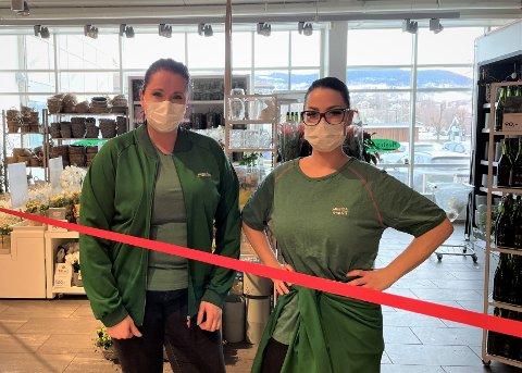PERMITERER IKKE: Butikksjef Silje Eriksen og Laila Lind skal fortsette å jobbe på Mester Grønn på Smietorget framover, selv om butikken er stengt.