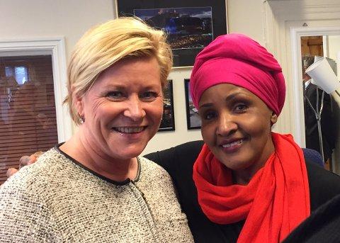 NY HANDLINGSPLAN: På kvinnedagen legges det fram en ny handlingsplan der blant annet kjønnslemlestelse inngår. Her ser vi Siv Jensen sammen med Safia Abdi.
