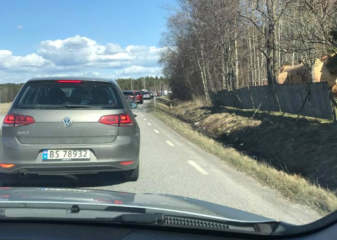 TO BILER INVOLVERT: Trafikkulykke og kø ved Nordby shoppingcenter