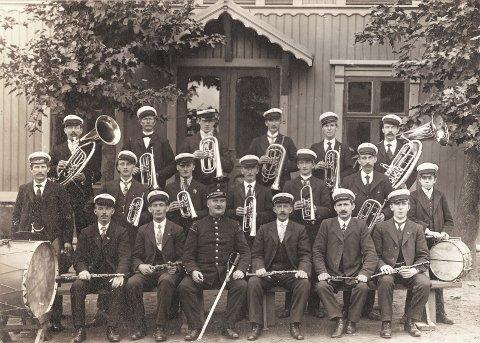 1912: Et sjeldent korpsfoto fra 1912, knipset utenfor gymnastikksalen ved Tistedal Folkeskole, preger oppslagssidene i boka. Foto: Fra BOKA