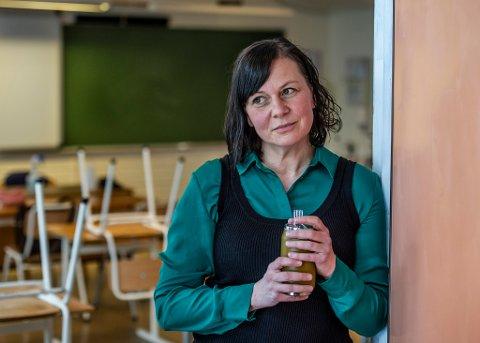 Heidi Rebekka Stelin sier at lærere og andre skoleansatte ikke kan overholde en meter avstand til elevene, særlig ikke til de yngste. Hun måtte få behandling på sykehus etter å ha blitt smittet under utbruddet på Begby skole.
